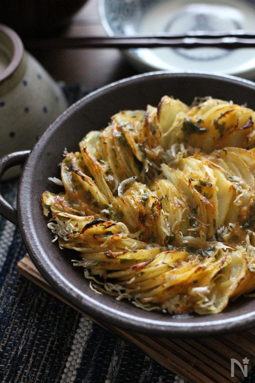 手付き皿に盛られた、しらすと大葉味噌の和風ローストポテト