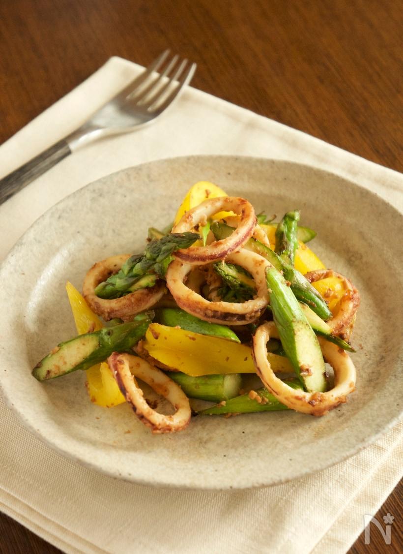 グレーの皿に盛られたイカと野菜の味噌炒め