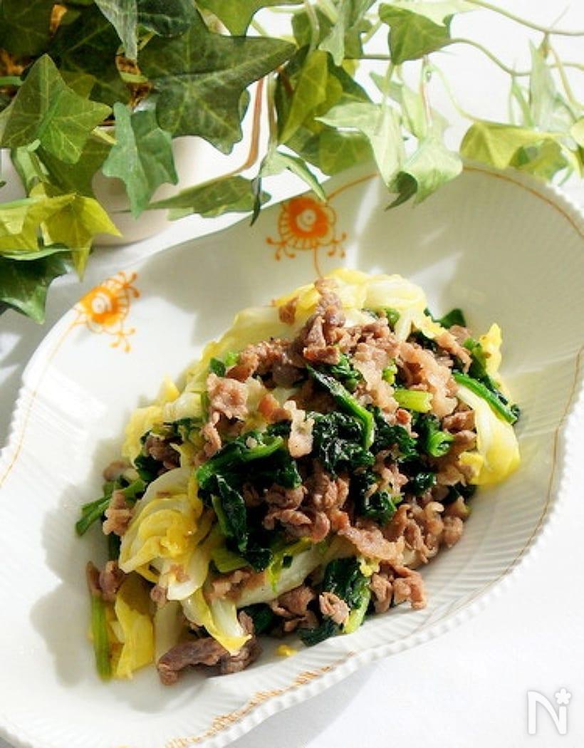 白い皿に盛られた、味付け牛肉とほうれん草の炒めもの