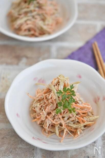小皿に盛り付けたごぼうの味噌サラダ