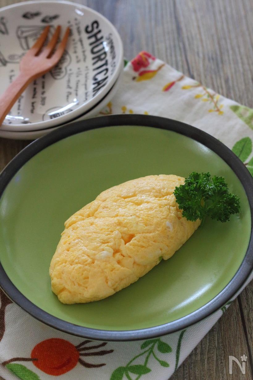 グリーンのプレートに盛り付けたふわふわプレーンチーズオムレツ