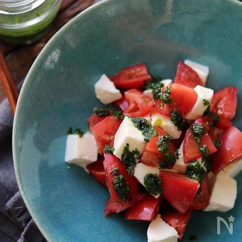トマトとモッツアレラのバジルソースかけ。