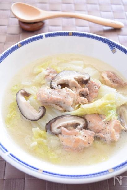 フチに青いリボンのような模様が入った皿に盛られた、しいたけが入った鶏肉と白菜のクリームスープ