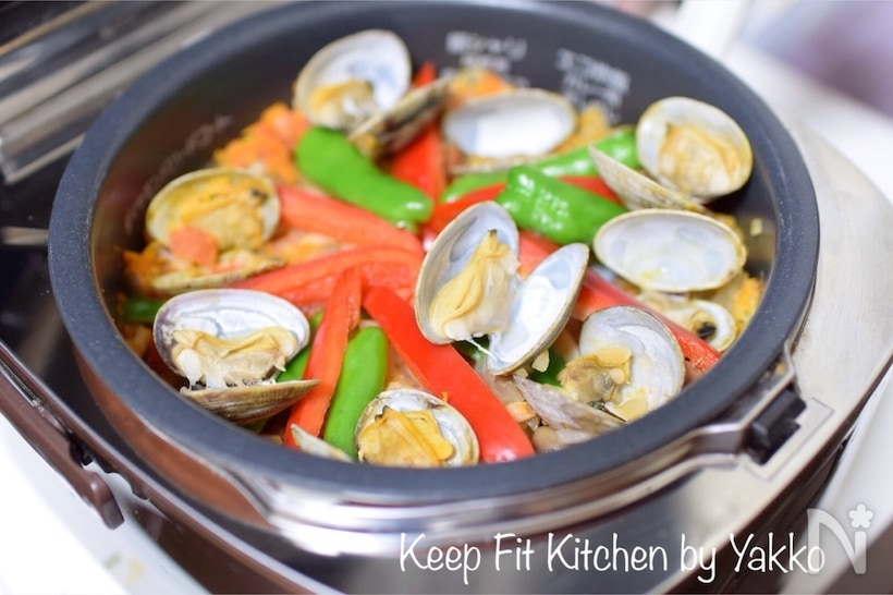 炊飯器で炊かれたパエリヤ風炊き込みご飯