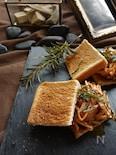 フライドローズマリーとローストポークのサンドイッチ