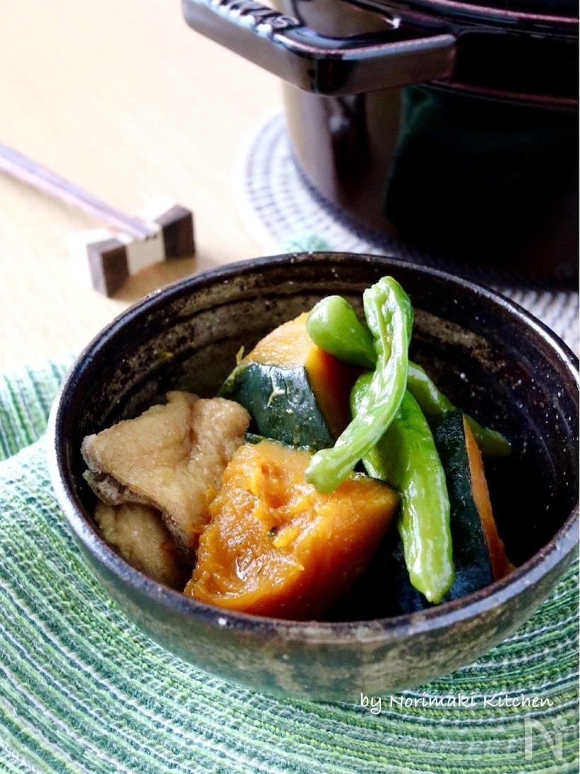 黒い煮物鉢に盛り付けられた、かぼちゃとしし唐と油揚げの甘辛煮