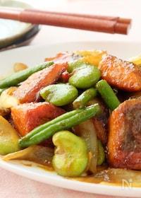 『〈くらし薬膳〉鮭とそら豆のカレー炒め』