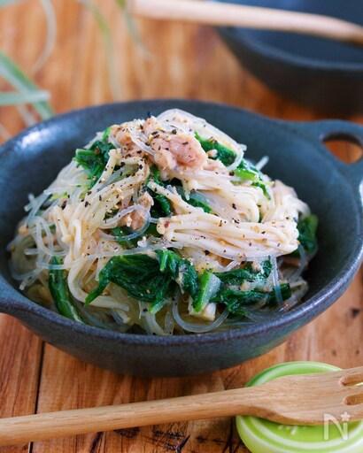 ツナののった白菜とえのきの春雨サラダと添えられた木製フォーク