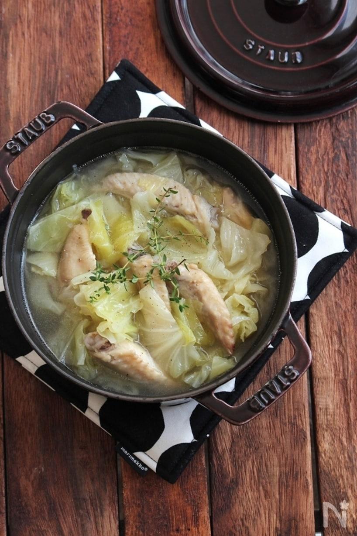 ストウブに入った手羽先とキャベツのスープ