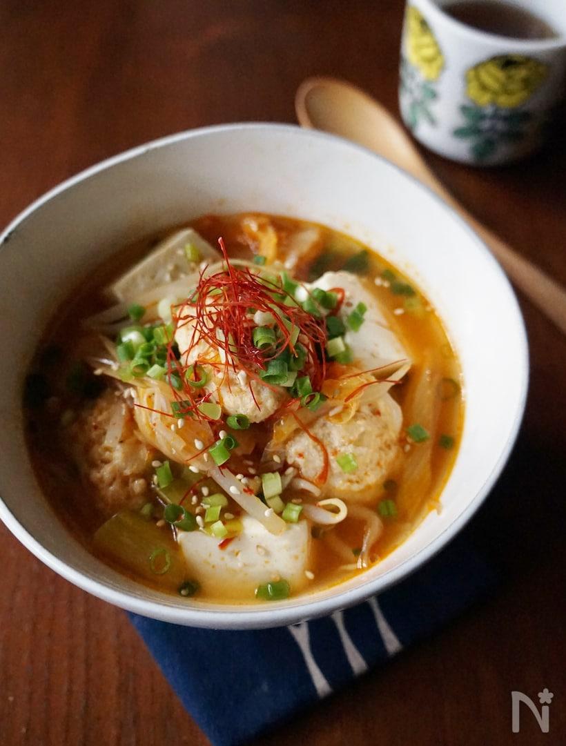 白い器に盛られた、卵入り鶏団子とキムチのピリ辛スープ