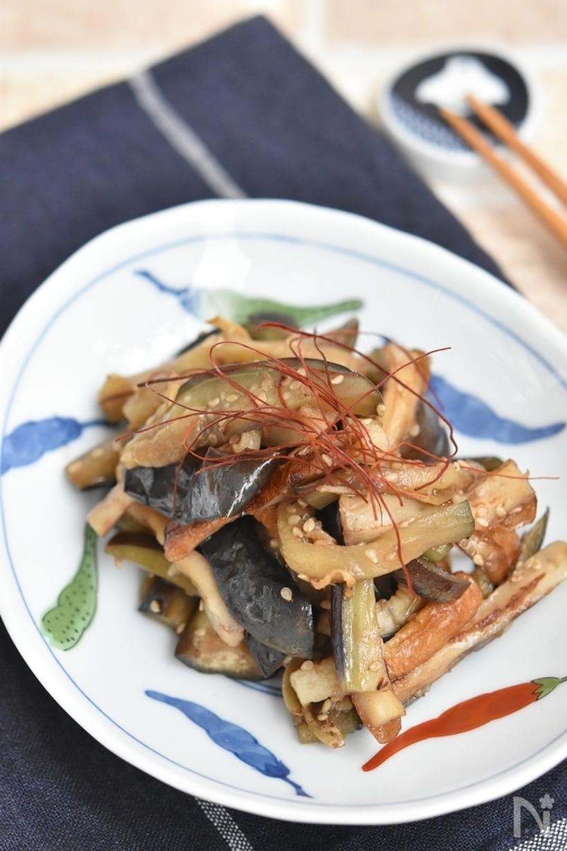 唐辛子柄の有田焼の皿に盛られた、なすと竹輪の甘辛炒め