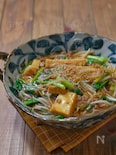 *豚ひきと絹厚揚げともやしと小松菜のピリ辛とろみ煮*