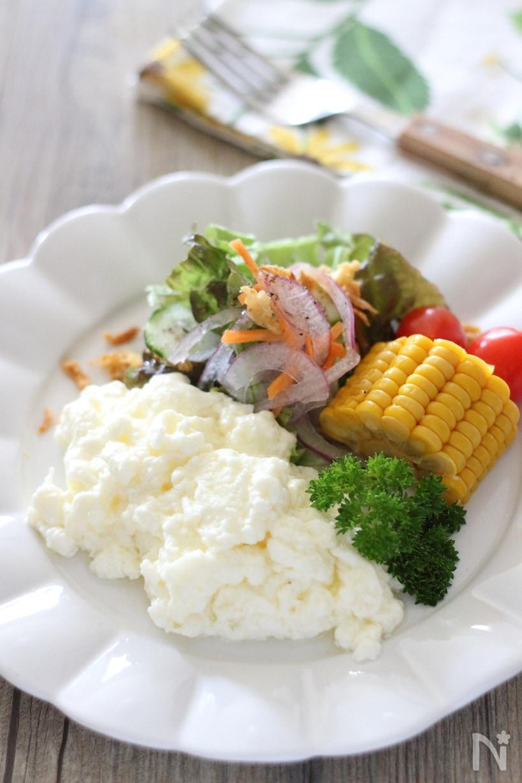 卵白のみで作ったオムレツとサラダのプレート