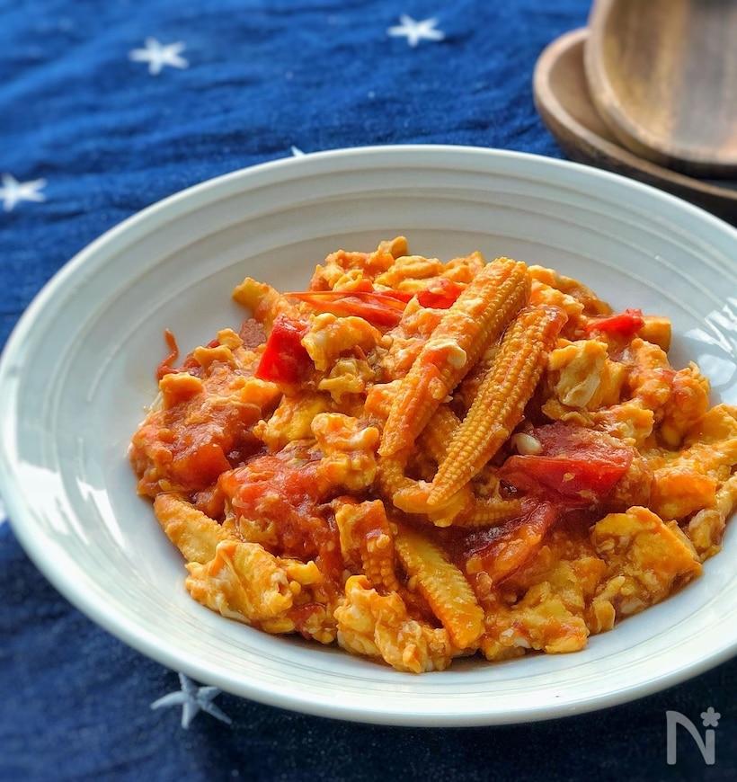 薄青のお皿に盛られたトマトとヤングコーンの中華炒め