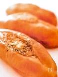 ゴマとバターをトッピングした風味豊かなパン ゴマパン