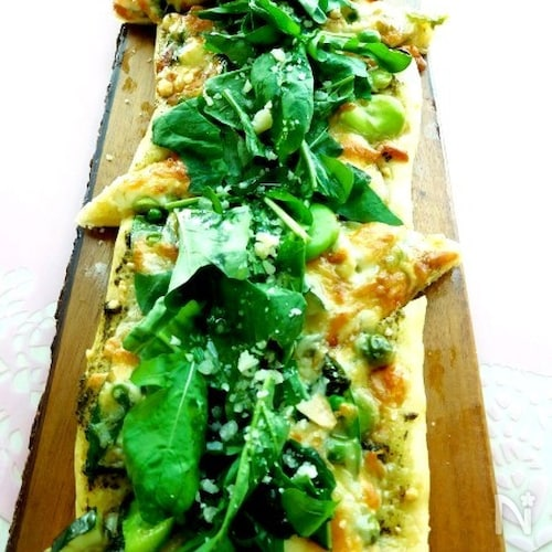 旬のお野菜とバジリコソースのグリーンピッツァ
