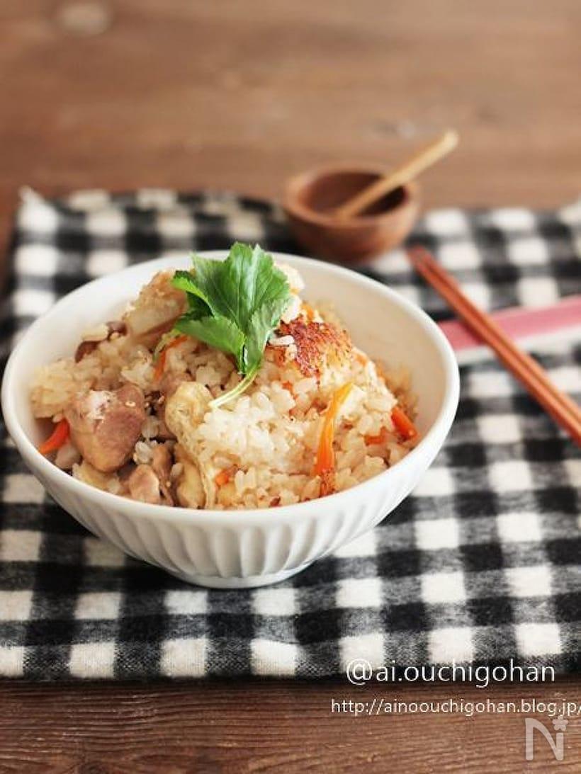 白い茶碗に盛り付けた里芋と鶏肉の炊き込みご飯