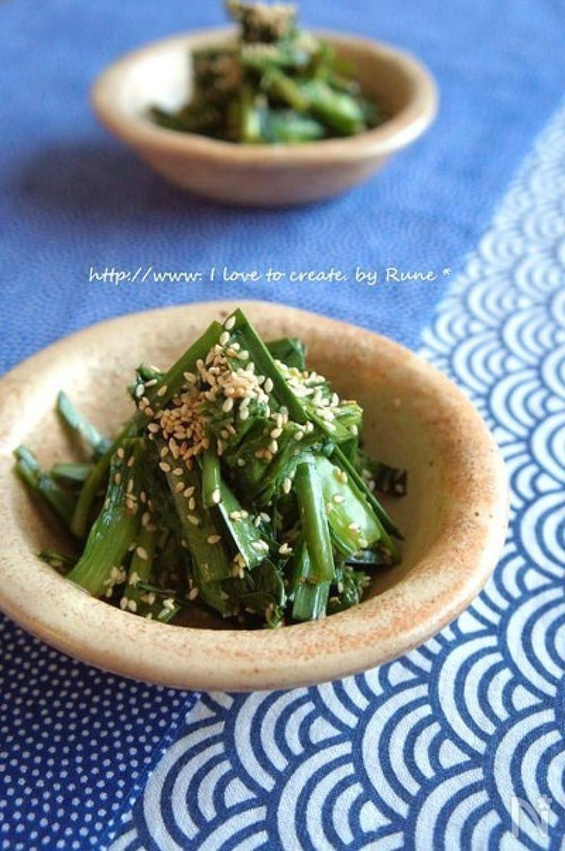 茶色の器に盛られた小松菜とニラの薬膳サラダ