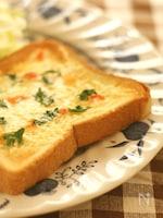 トマトの塩漬け調味料 「そるとまと」のせチーズトースト