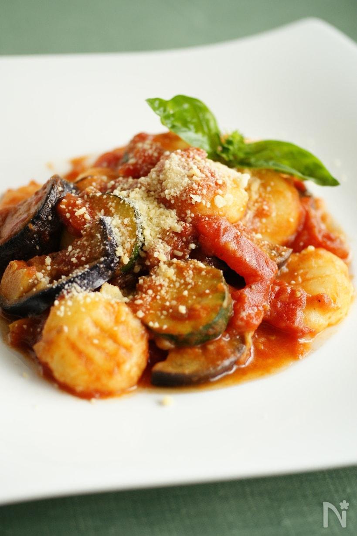 なすやズッキーニなどが入った夏野菜のトマトソースニョッキ