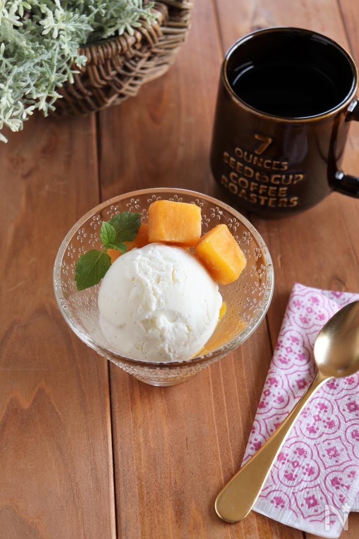 グラスに入った塩バニラアイスと冷凍マンゴー