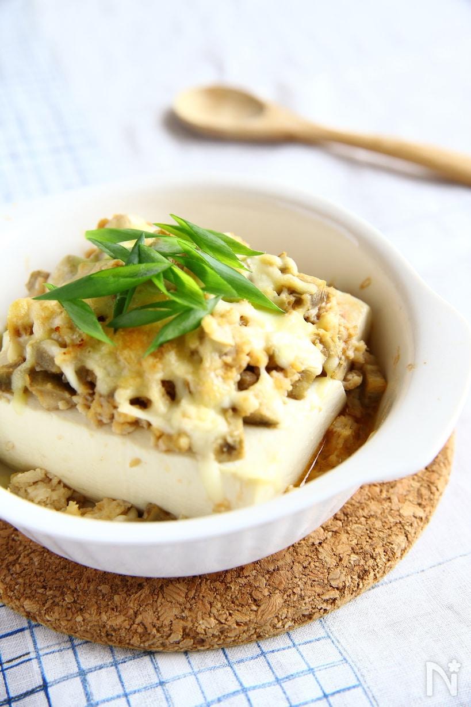 豆腐に鶏そぼろとチーズをかけて電子レンジで作った豆腐グラタン