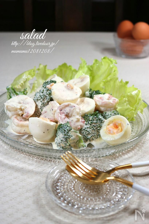 マヨネーズで味付けしたエビ、ブロッコリー、ゆで卵のサラダ