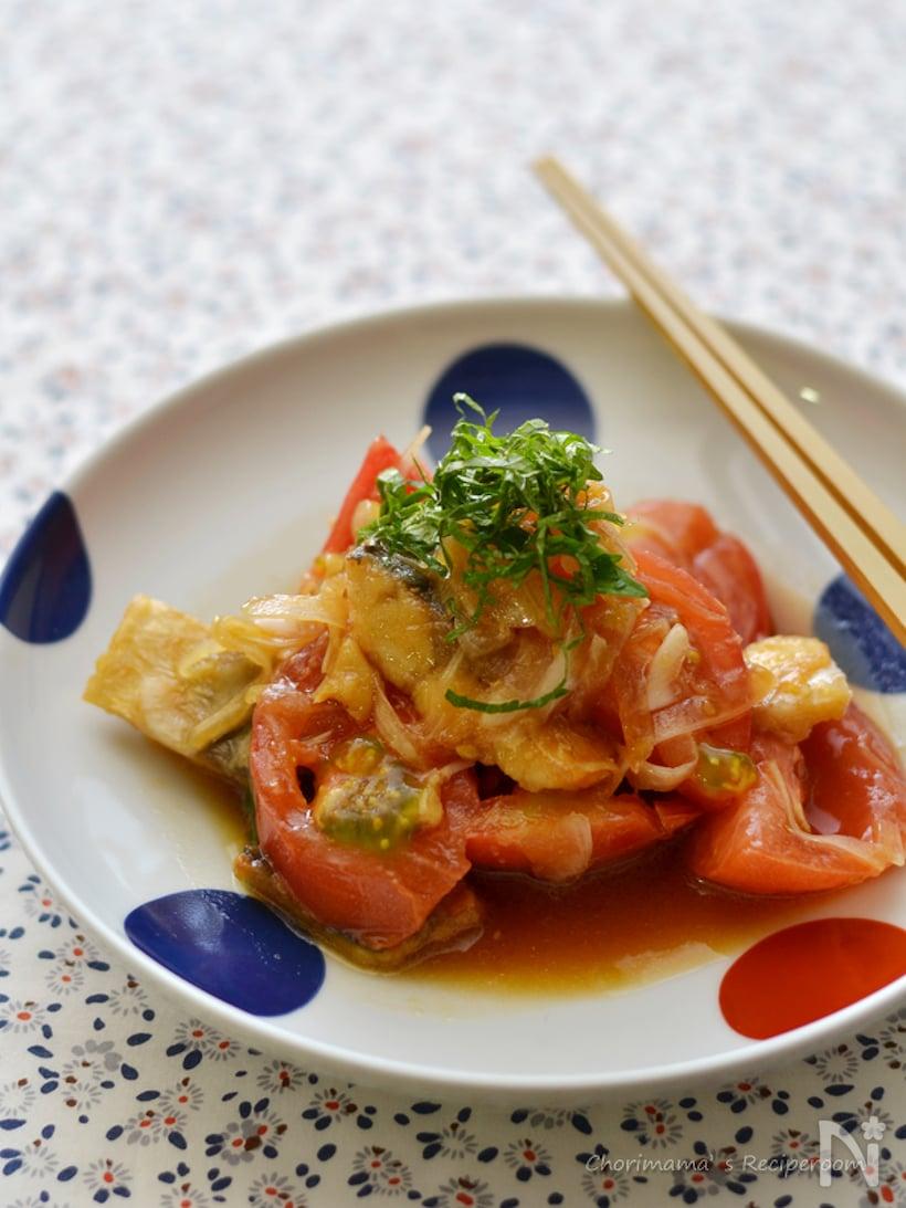 白地に青と朱の水玉模様がある皿に盛られた、塩鯖とトマトの和え物
