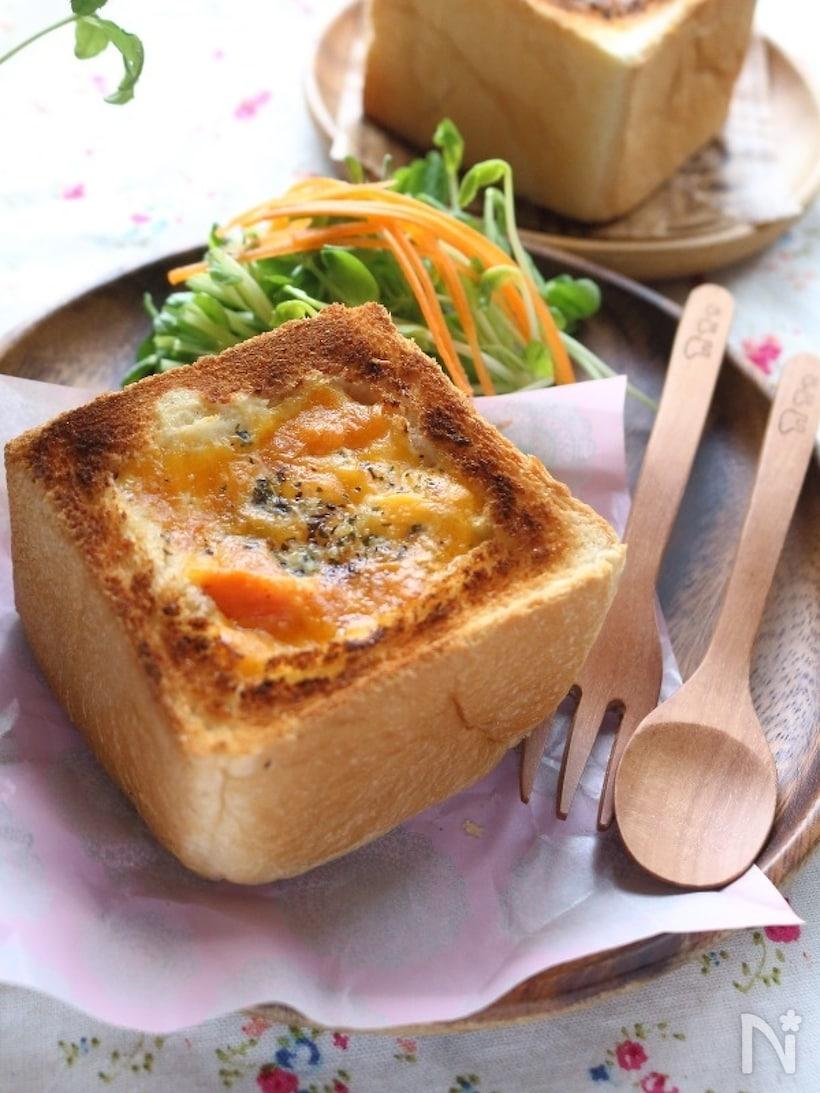 木皿に盛られたボートブレッド風アレンジパンとサラダ、スプーンとフォーク