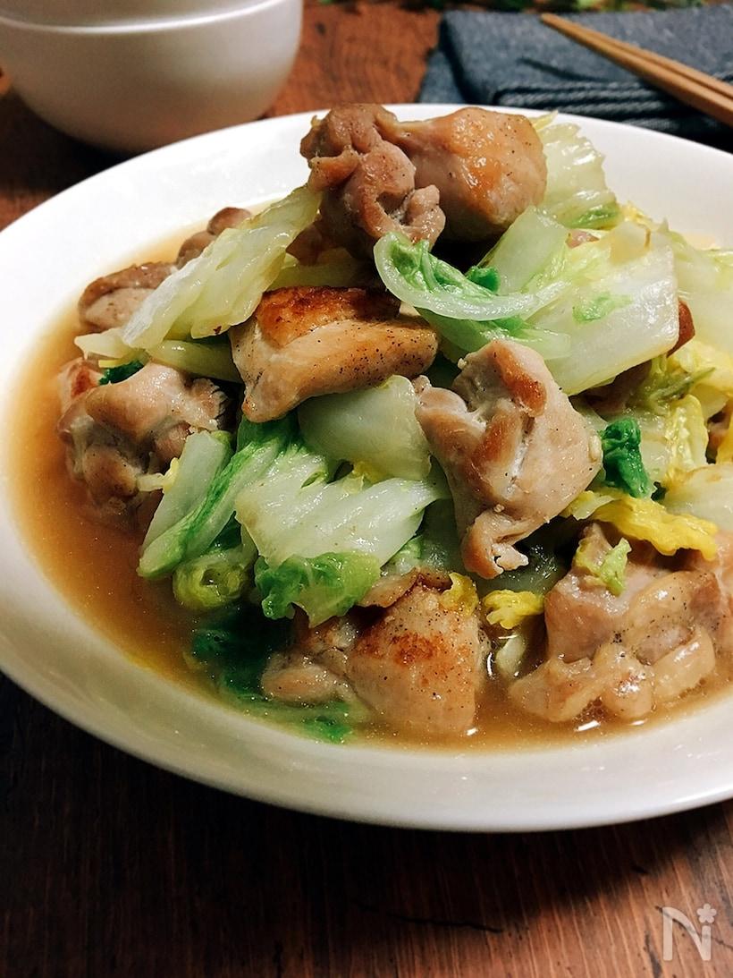 白い丸皿に盛られた、白菜と鶏もも肉のガーリック炒め