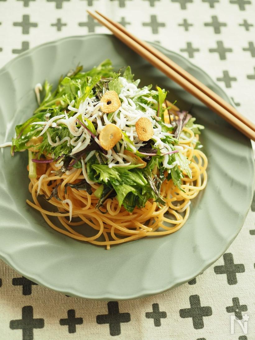 丸い皿に盛られた、しらすと水菜のペペロンチーノ