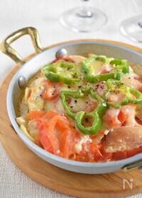 『【下味冷凍肉で】鶏むね肉とトマトとチーズの重ね焼き』