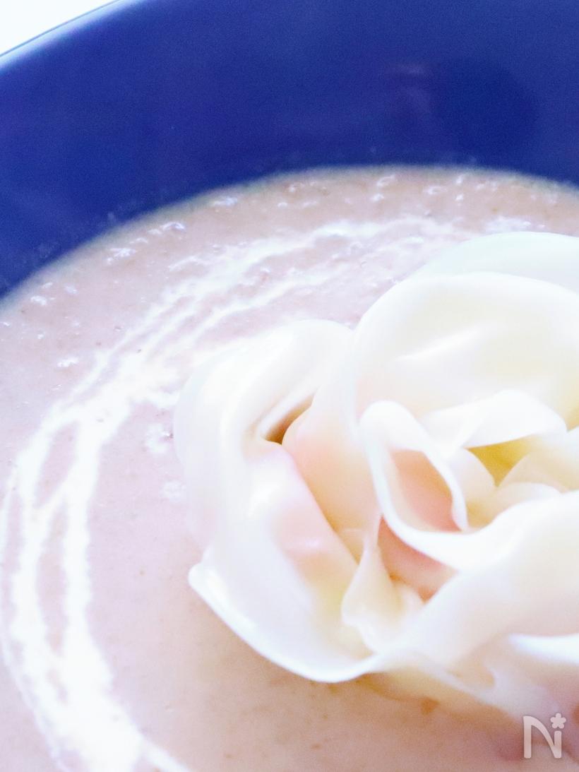 青い深皿に入った餃子のラビオリとマッシュルームスープ