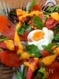 スモークサーモンとポーチドエッグのサラダ