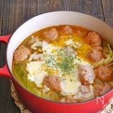 春キャベツと新玉ねぎとケチャップ風味の豚団子のチーズスープ煮