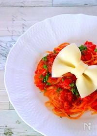 『トマトパスタとミートボールにスライスチーズのリボンをのせて。』