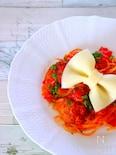 トマトパスタとミートボールにスライスチーズのリボンをのせて。