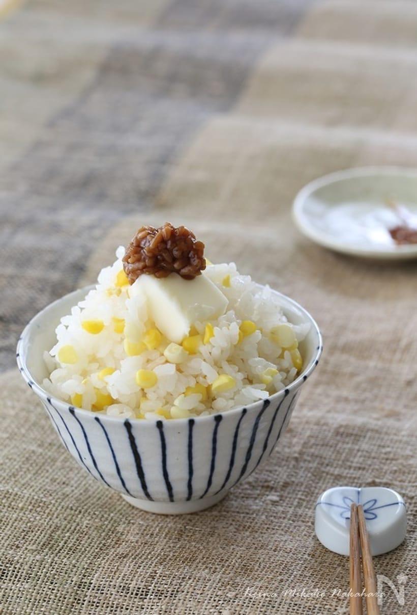 茶碗に盛られたバター醤油麹のとうもろこしご飯