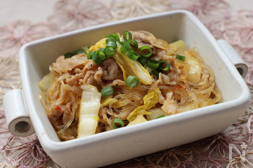 白い容器に入った白菜と豚肉と春雨の中華炒め