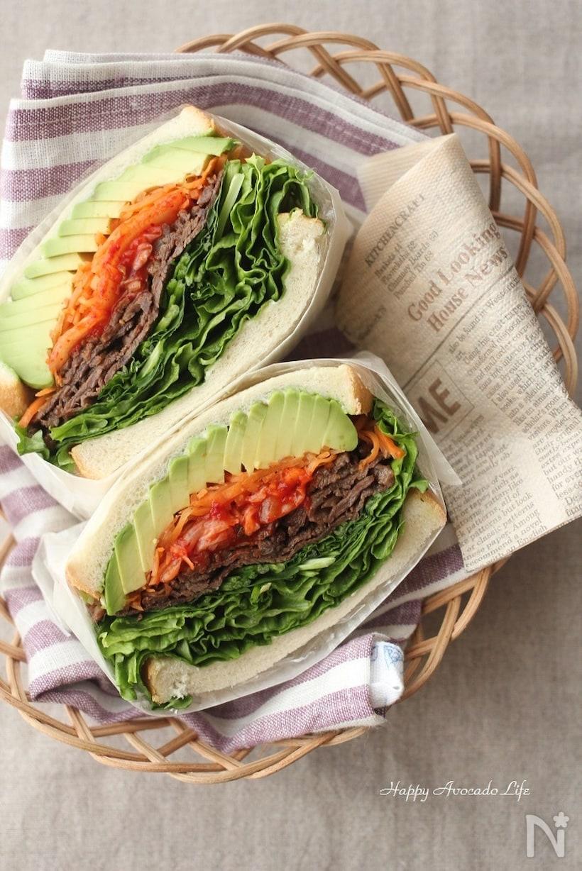 たっぷりレタスとアボカドの牛キムチ韓国風サンド