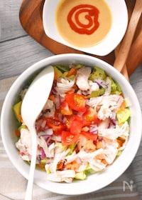 『スプーンで食べる!しっとり鶏むね肉サラダ・スパイシー胡麻ドレ』