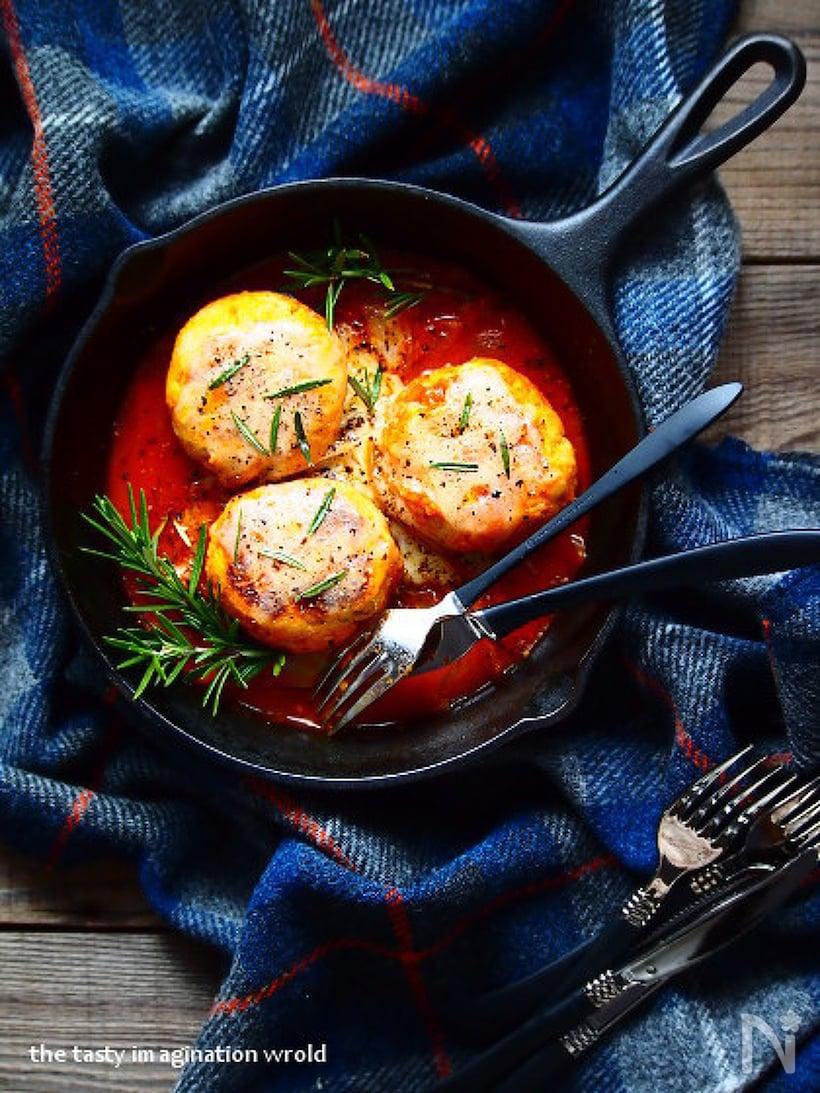 お皿に盛り付けた鶏むね肉とおからのトマト煮込みハンバーグ