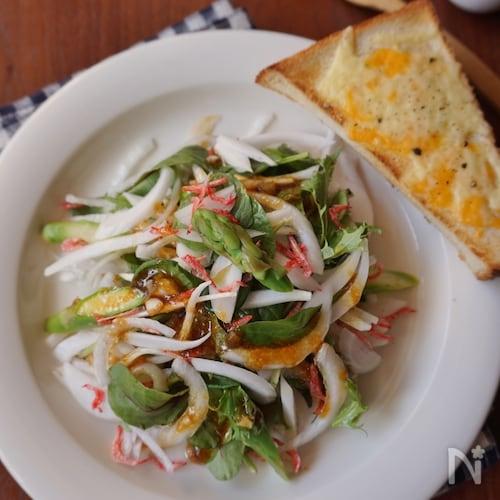 新玉ねぎを丸ごと楽しむ!オニオンソースの春色サラダ