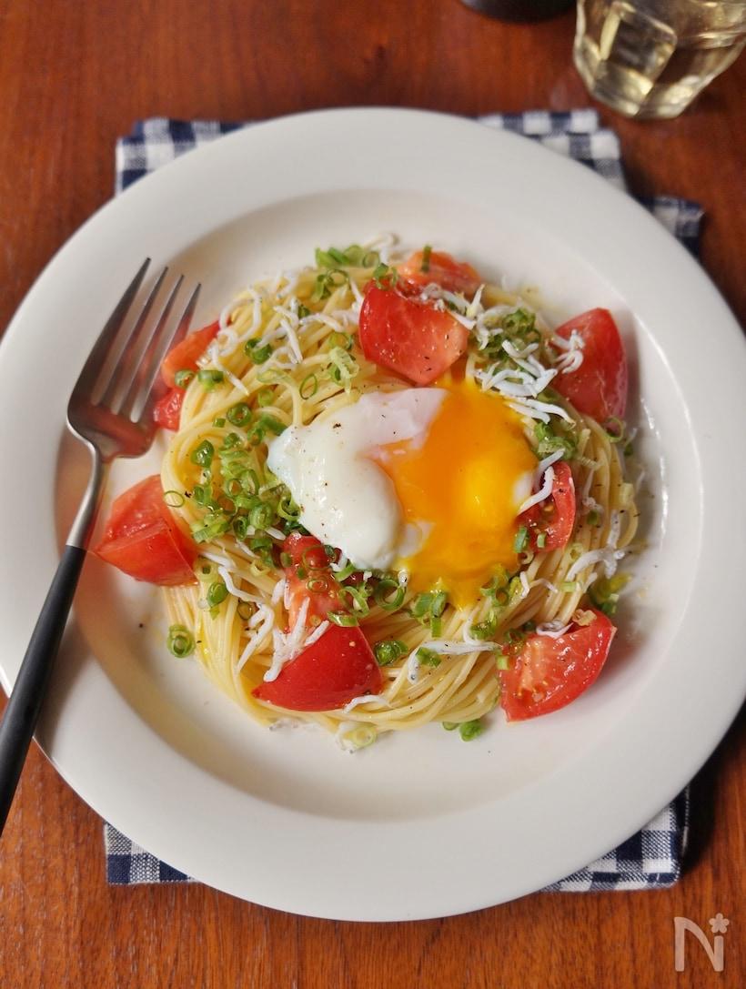 お皿に盛り付けたトマトとしらすの冷製月見パスタ