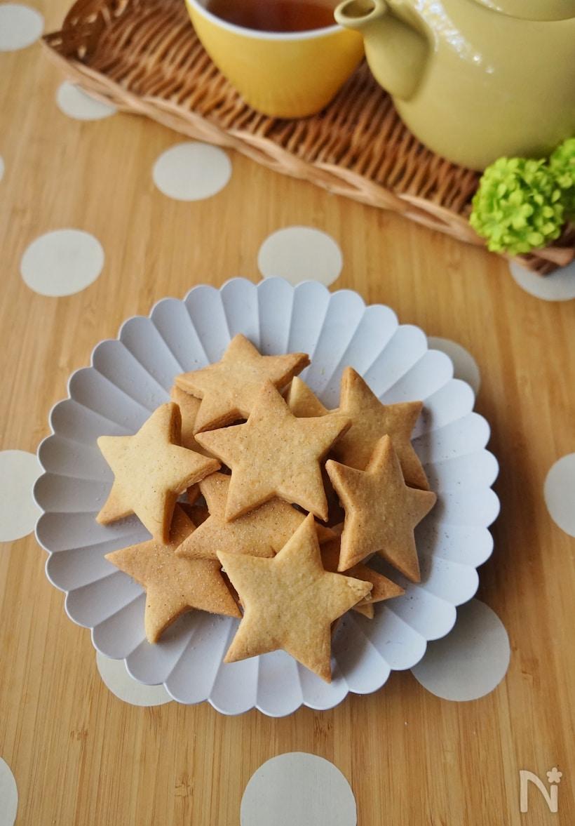 白い平皿に盛り付けられた星型のクッキー