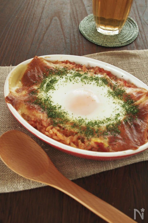 グラタン皿に盛りつけたトマト缶の卵とチーズの焼きリゾット