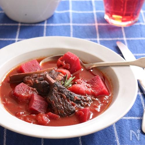 スペアリブとビーツのトマト煮込み