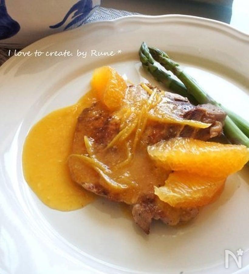 白の皿に盛られたオレンジのポークチャップ