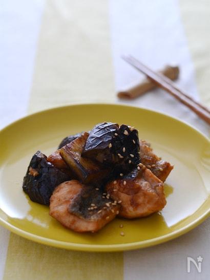 お皿に盛られた鮭となす