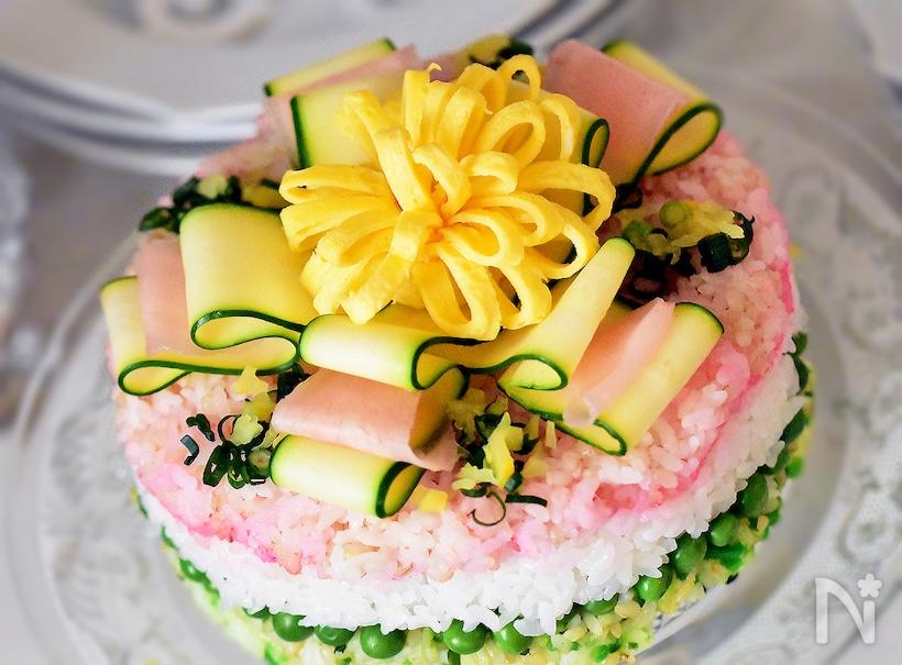 丸いケーキ型のちらし寿司と華やかなデコレーション